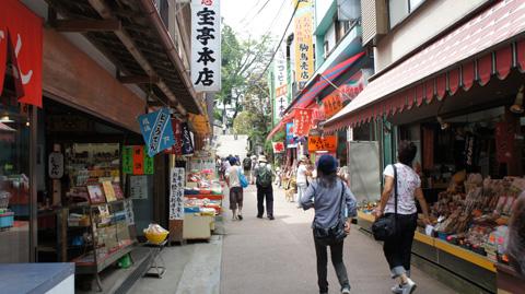 御嶽神社手前の商店街