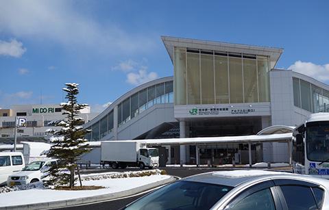 前日の雪が残っている長野駅