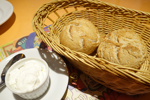 自家製パンと燻製バター